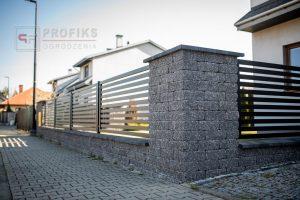 Ogrodzenie murowane łupane cegła old grafit ogrodzenia metalowe nowoczesne poziome profile model Radom producent stal spawana na wymiar Puławy Starachowice spawalnia