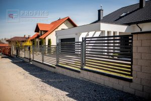 Ogrodzenie murowane łupane pustak łupany biały ogrodzenia metalowe nowoczesne poziome profile model Radom producent stal spawana na wymiar Pionki